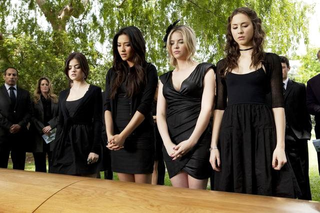 pretty-little-liars-2-05-ian-s-funeral-and-emily-s-suspicion